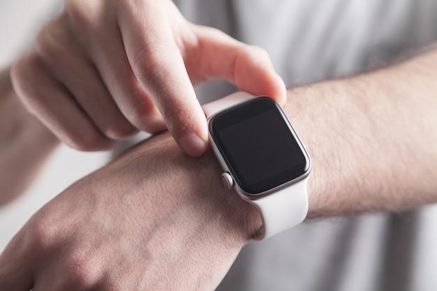 Homme montrant une montre intelligente. mode de vie. la technologie