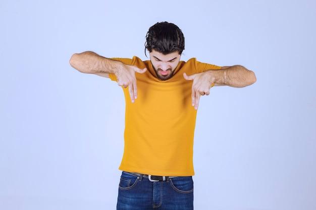 Homme montrant n'aime pas le signe de la main
