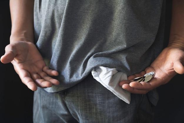 Homme montrant n'a pas d'argent en tournant la poche. poche vide.