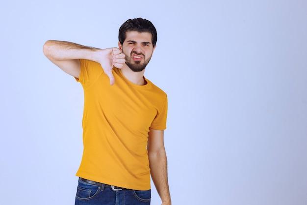 Homme montrant ne pas aimer le signe de la main.