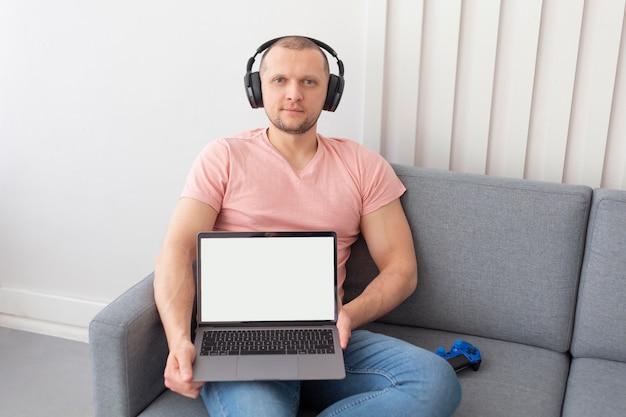 Homme montrant son ordinateur portable pour les jeux vidéo
