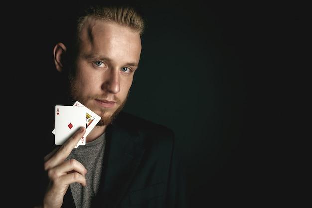 Homme montrant des tours avec des cartes