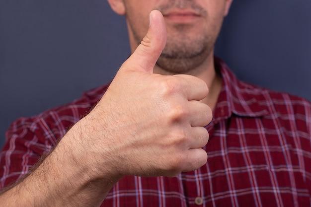 L'homme montre la main ok, sur un fond bleu