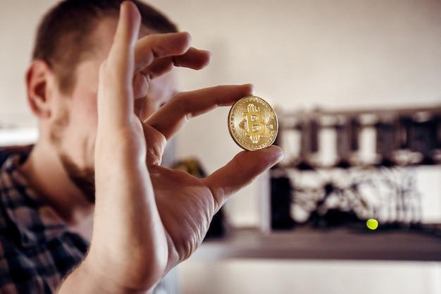 L'homme montre une pièce d'or