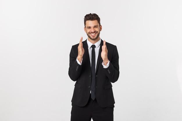 Un homme montre avec ses mains une grande taille sur un mur isolé