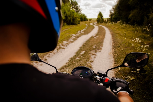 Homme, moto, sur, chemin de terre
