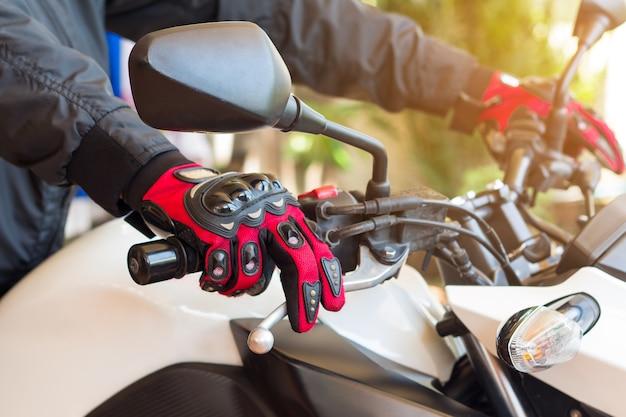 Homme en moto avec des gants est un vêtement de protection important pour la moto
