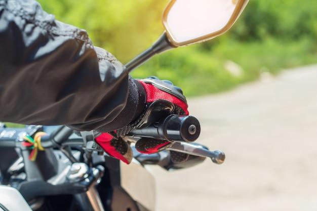 L'homme à la moto avec des gants est un vêtement de protection important pour la moto