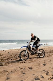 Homme avec moto à hawaii