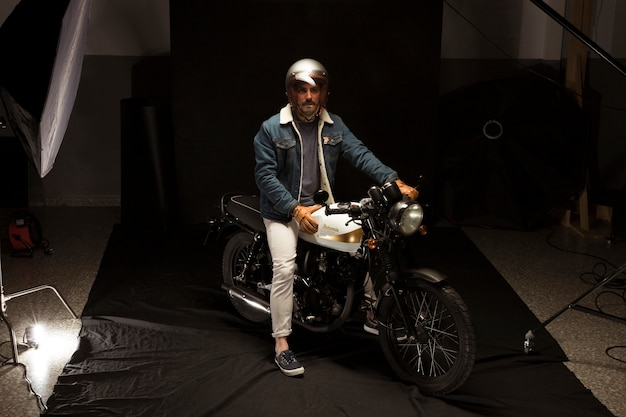 Homme sur une moto de style café racer