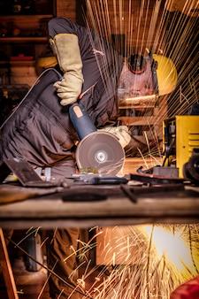 Homme avec moulin en action
