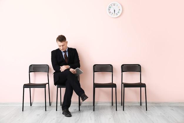 Homme mûr en attente d'un entretien d'embauche à l'intérieur
