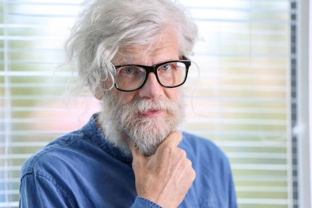 Homme mûr aux cheveux gris à l'intérieur