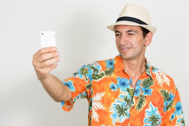 Homme mûr beau touriste prêt pour des vacances isolées