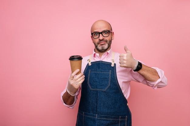 Homme mûr chauve avec expression du doigt et café dans une tasse en carton recyclable
