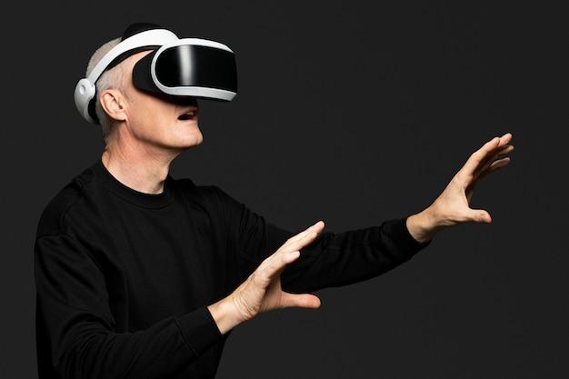 Homme mûr faisant l'expérience de la technologie de divertissement vr