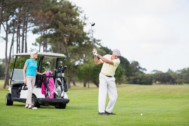 Homme mûr, jouer golf