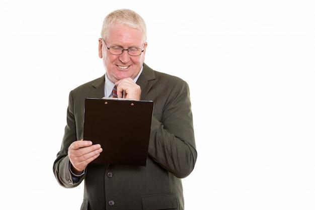 Homme mûr, lecture, depuis, a, presse-papiers