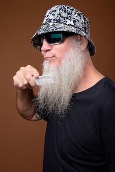 Homme mûr avec une longue barbe grise sur brun