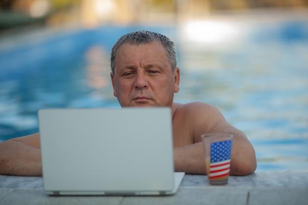 Homme mûr, portable utilisation, dans, les, piscine