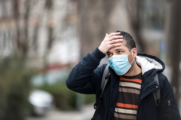 Homme mûr portant un masque hygiénique pour prévenir le virus. concept environnemental