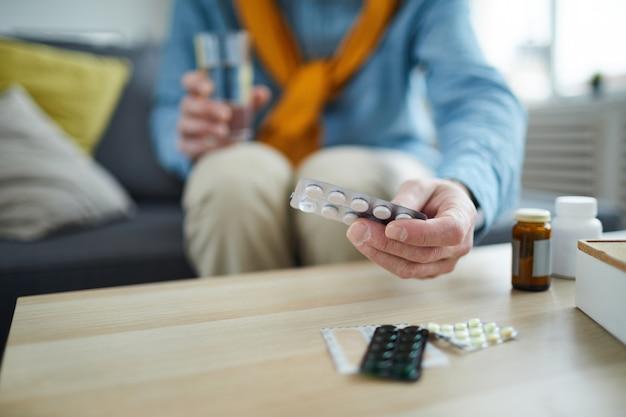 Homme mûr, prendre pilules