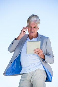 Homme mûr, utilisation, tablette numérique