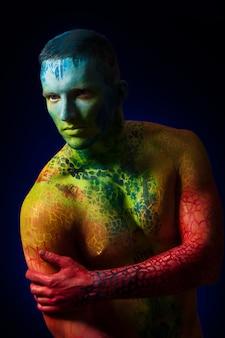 Homme muscle avec art corporel fantastique