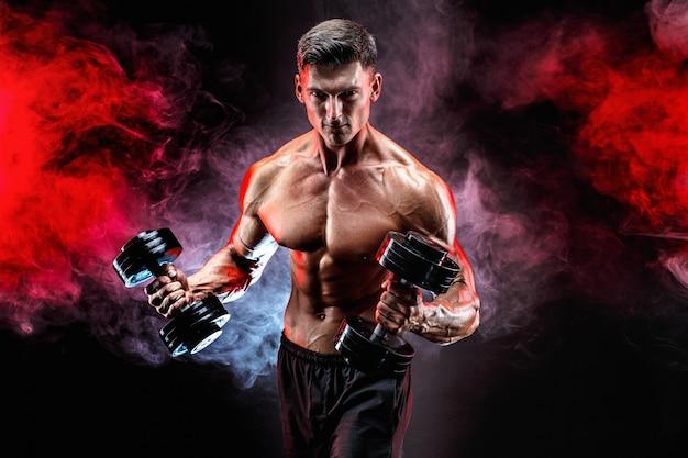 Homme musclé concentré, faire de l'exercice avec haltère