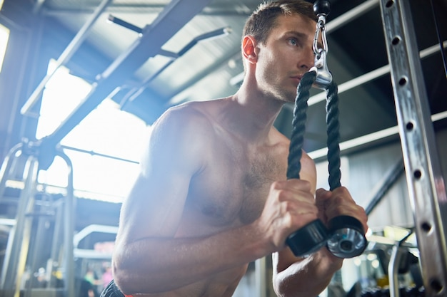 Homme musclé dans la salle de gym