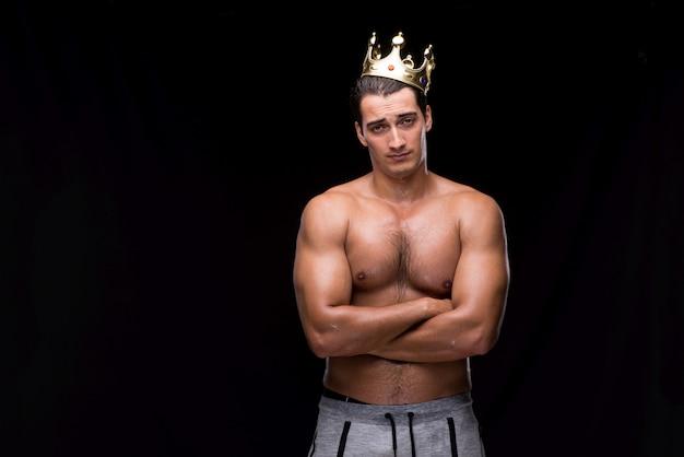 Homme musclé déchiré avec la couronne du roi