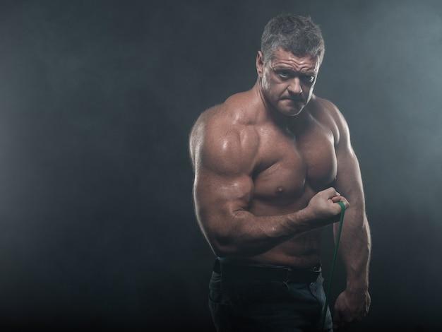 Homme musclé à l'entraînement avec un harnais