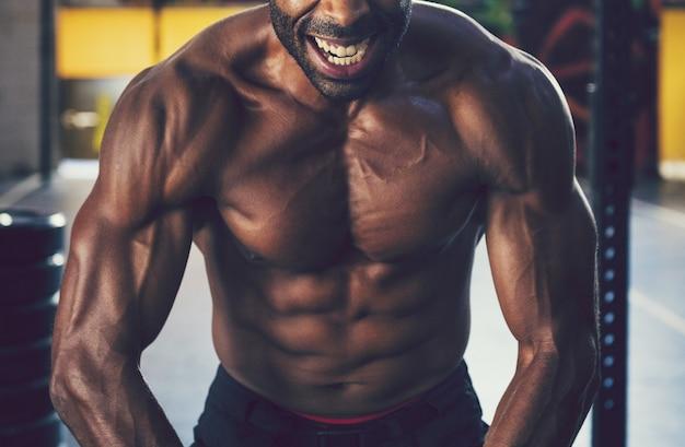 Homme muscle à la gym