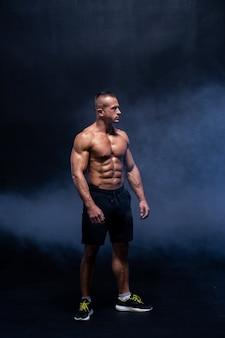 Homme musclé isolé. abs torse nu masculin fort.