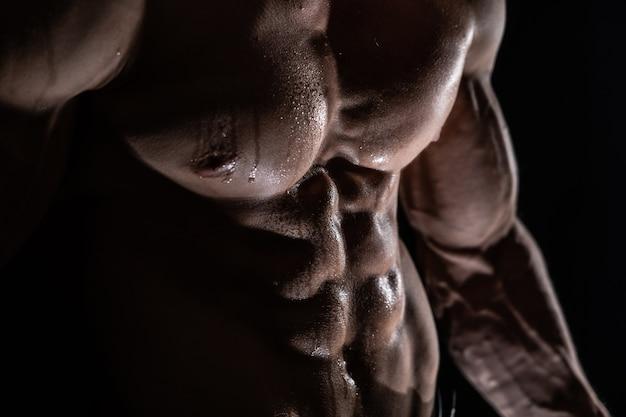 Homme musclé montrant des muscles isolés. concept de mode de vie sain.