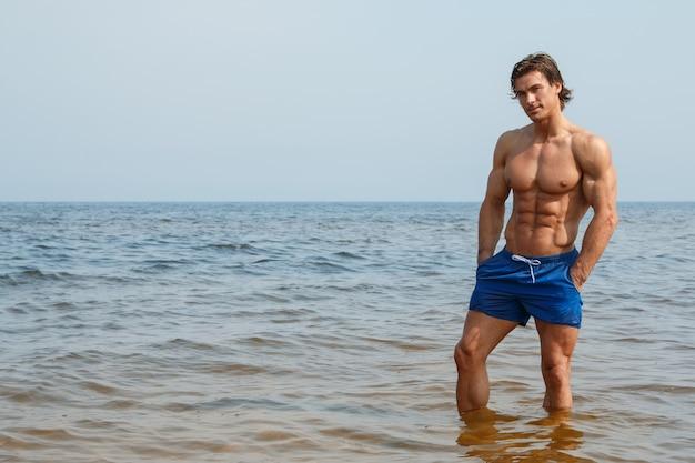 Homme musclé sur la plage