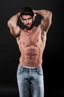 Homme musclé portant des jeans