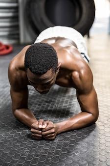 Homme musclé à la salle de sport crossfit