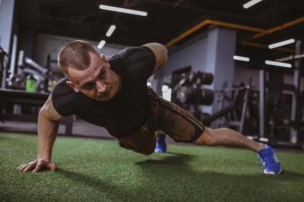 Homme musclé sportif exerçant à la gym