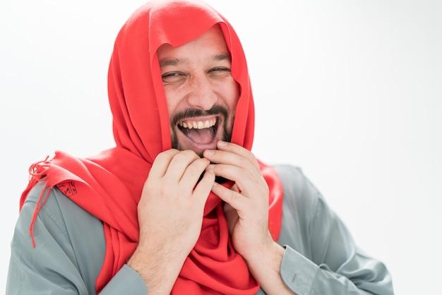 Homme musulman adulte avec foulard sur la tête
