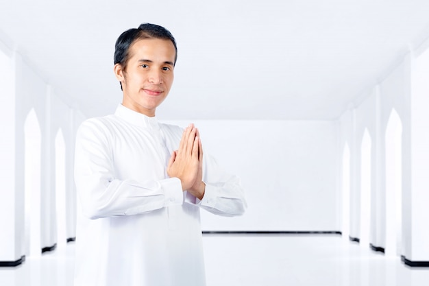 Homme musulman asiatique debout et priant