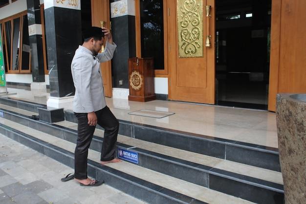 Homme musulman entrant dans la mosquée