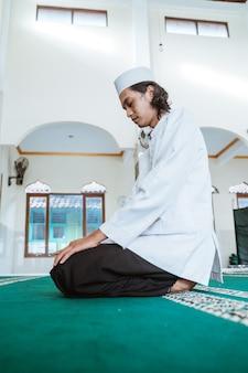 Homme musulman faisant la prière dans la mosquée