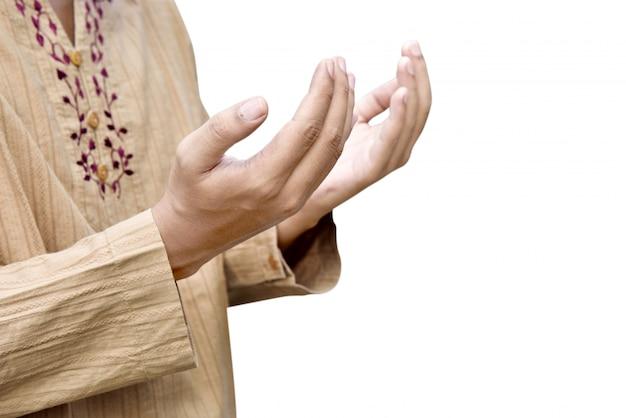 Homme musulman levant la main et priant