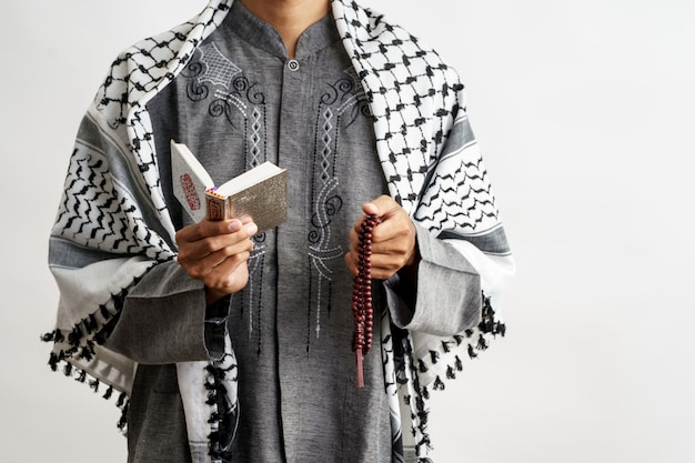 Homme musulman lisant le coran