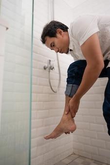 L'homme musulman nettoie son corps avec de l'eau du robinet avant de prier.