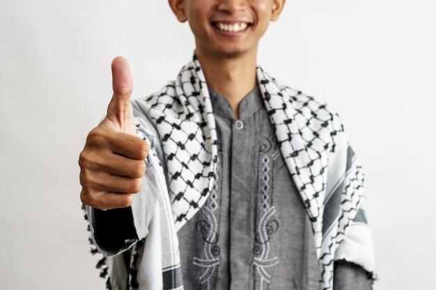 Homme musulman pouce vers le haut