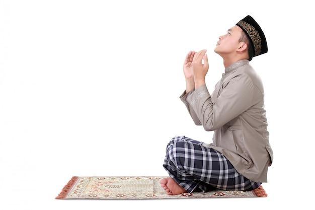 Homme musulman priant sur tapis