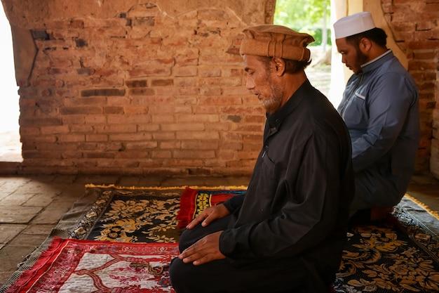 L'homme musulman prie dans une vieille mosquée en thaïlande.