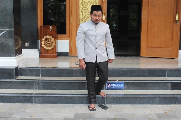 Homme musulman sortant de la mosquée